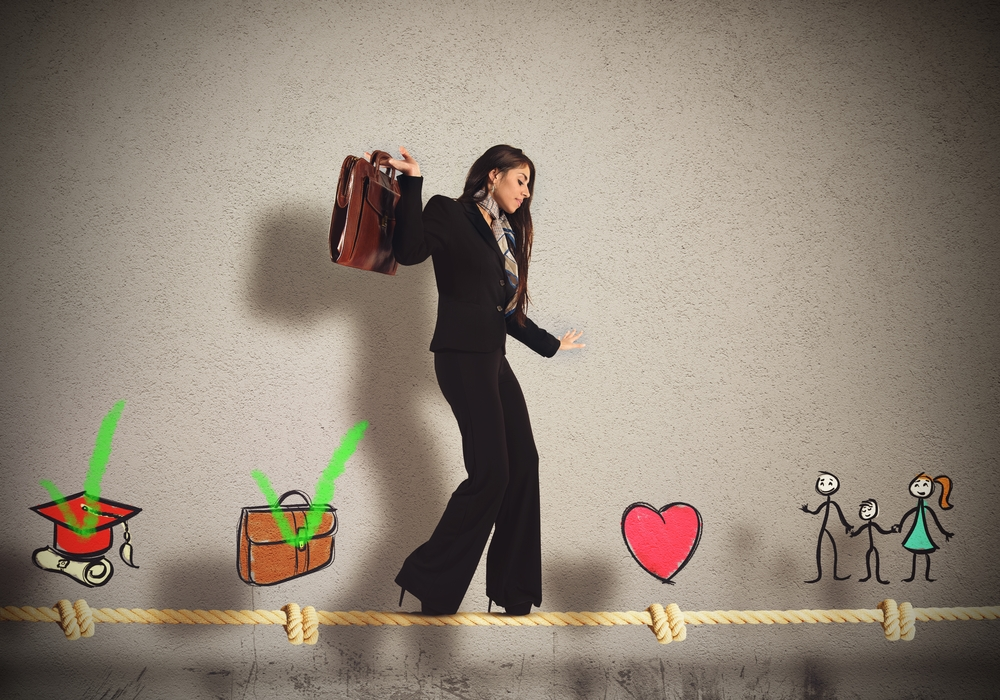 Business woman walking the rope to achieve work-life balance (equilibrio vida-trabajo)